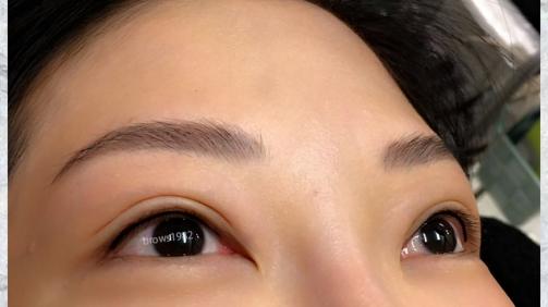 細緻的眼線將眼神變得美麗動人!